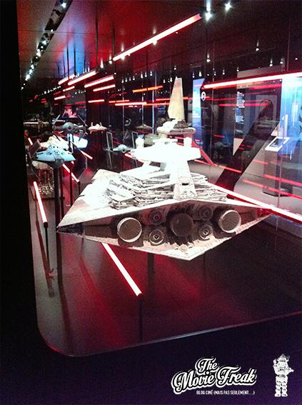 La galerie des maquettes de vaisseaux avec un Destroyer Impérial vu de dos.