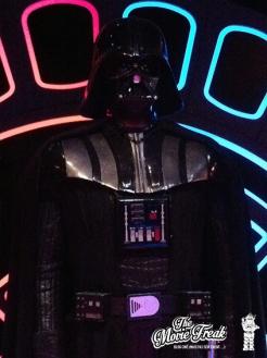 Zoom sur le costume de Vador aux détails connus de tous.