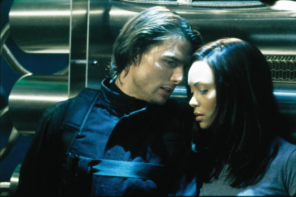 still-of-tom-cruise-and-thandie-newton-in-mission--impossible-ii-(2000)-large-picture