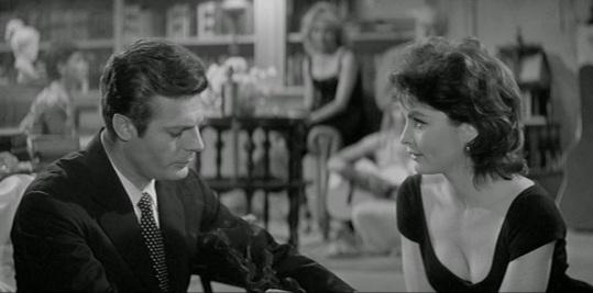 Yvonne Furneaux et Marcello Mastroianni dans LA DOLCE VITA de Federico Fellini.