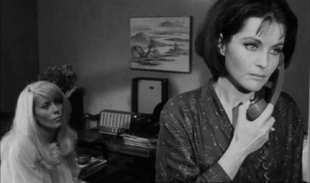 Yvonne Furneaux et Catherine Deneuve dans RÉPULSION de Roman Polanski.