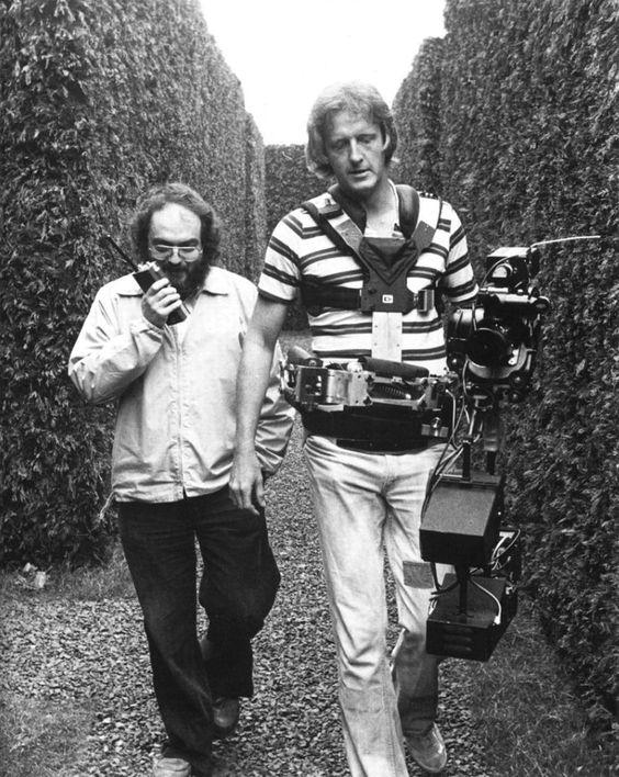 Stanley Kubrick et Garrett Brown à la Steadicam, dans le décor du labyrinthe.