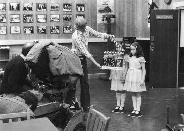 Les jumelles Lisa et Louise Burns sur le tournage.