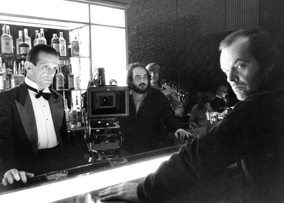 Joe Turkel, Stanley Kubrick et Jack Nicholson préparent l'une des scènes du bar.