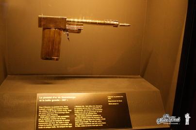 Pistolet d'or de Scaramanga (Christopher Lee) dans L'HOMME AU PISTOLET D'OR