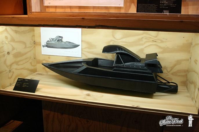 Le même jet boat du MONDE NE SUFFIT PAS en maquette