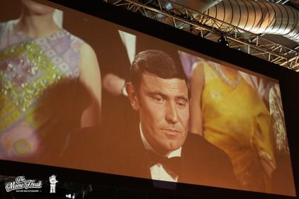 """George Lazenby dans le rôle de 007 pour AU SERVICE SECRET DE SA MAJESTÉ (écran géant de la salle """"casinos"""")"""