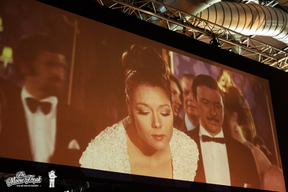 """Diana Rigg dans le rôle de Tracy pour AU SERVICE SECRET DE SA MAJESTÉ (écran géant de la salle """"casinos"""")"""