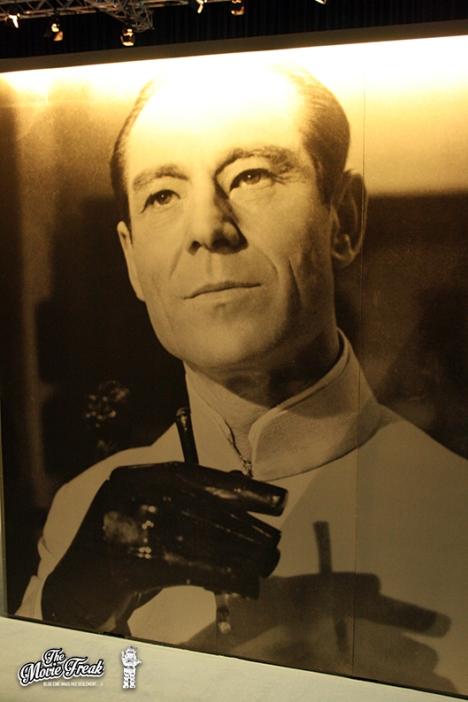 Photo géante du Dr No (Joseph Wiseman) dans la salle des ennemis de 007