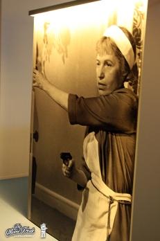 Photo géante de Rosa Klebb (Lotte Lenya) dans la salle des ennemis de 007