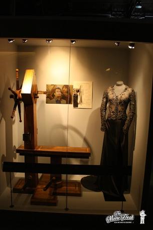 Robe d'Elektra King (Sophie Marceau) et instrument de torture dans LE MONDE NE SUFFIT PAS