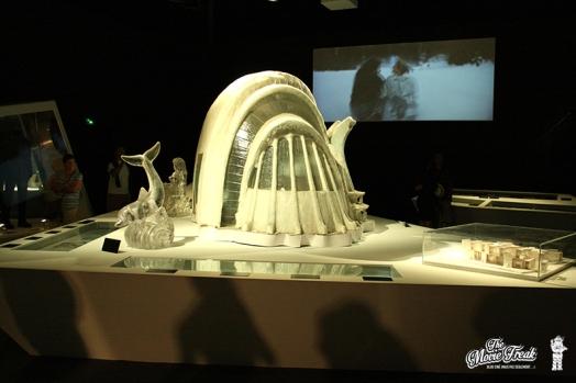 Maquette de l'hôtel de glace de Rupert Graves dans MEURS UN AUTRE JOUR